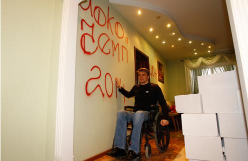В апреле этого года жена Сергея затеяла ремонт и завезла бетонные блоки. Теперь ему сложно передвигаться по квартире. «Хочу знать, что у меня есть дом. Что его не отнимут, и у меня будет крыша над головой», – говорит Щербаков