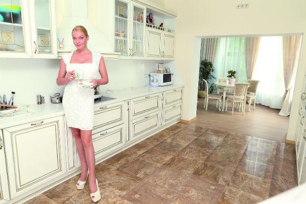 В доме звезды почти вся мебель белая, и на кухне тоже
