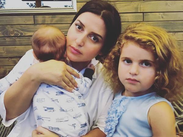 Жасмин с дочерью и новорожденным малышом