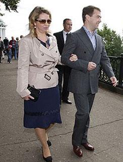Дмитрий и Светлана Медведевы вместе прогуливаются понабережной Ярославля, 2008 год