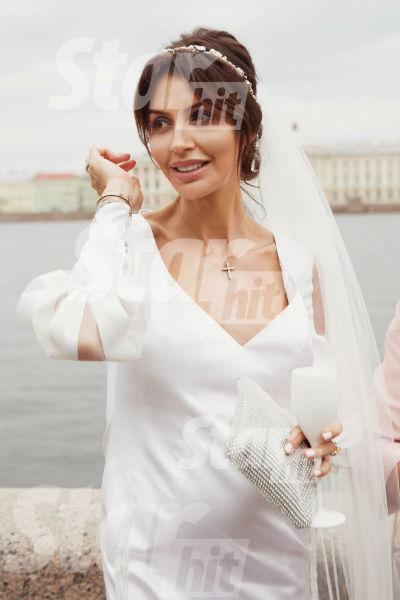 Алиса Казьмина охотно демонстрировала округлившийся животик на камеру
