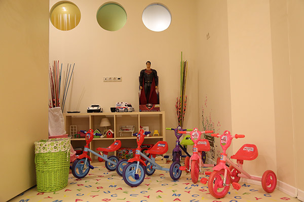Самые маленькие ученики  между занятиями могут  отдыхать, катаясь по  коридорам на велосипедах