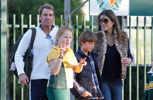 Элизабет Херли с сыном и Шейн Варн с дочерью