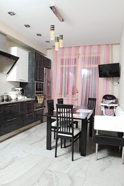 «Кухонный гарнитур выбирала Роза, чтобы ящики и полки были на удобном для нее уровне: все-таки она хозяйка, ей в первую очередь должно быть комфортно на кухне», – говорит Алексей