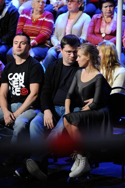 Сразу после проката Кристина подъехала к Гарику и сидела рядом с ним
