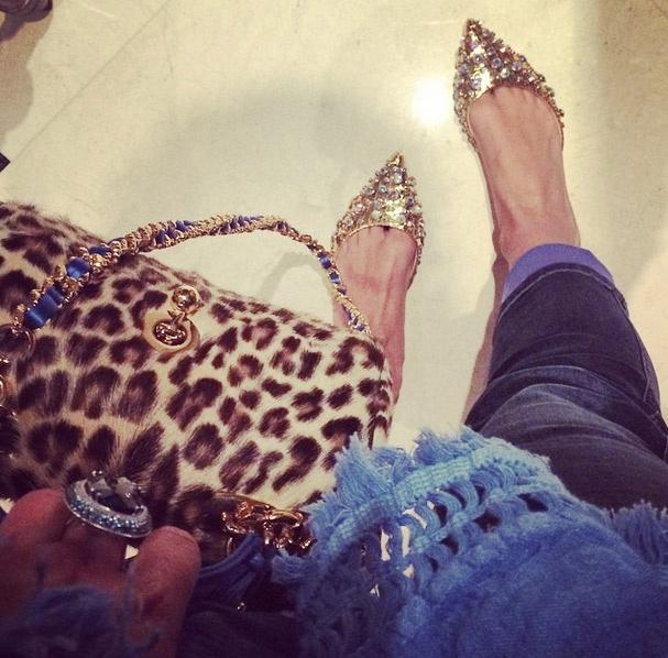 Певица показала свои новые золотые туфли