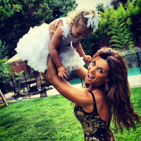 Певица с младшей дочерью Моникой