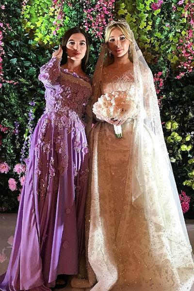 Невеста весь вечер принимала поздравления