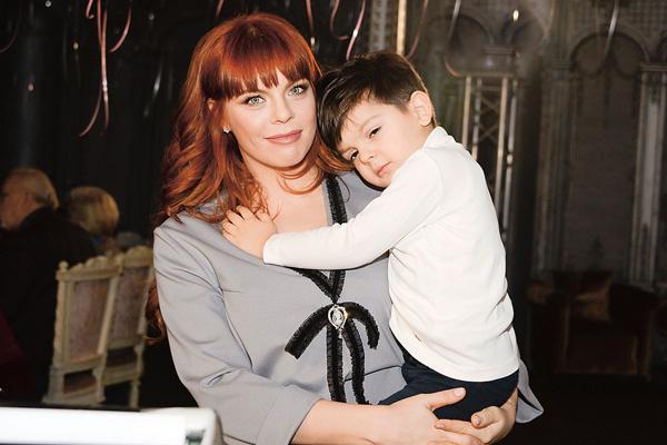 Глядя на Гарри, четырехлетний Александр, сын Анастасии Стоцкой, последовал его примеру