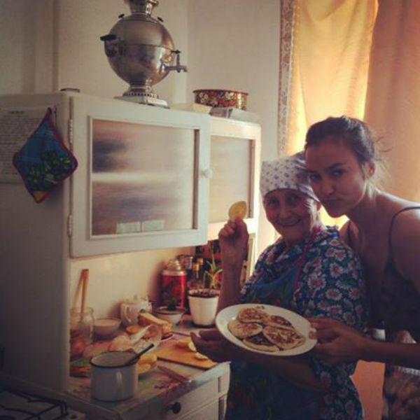 Модель с одной из своих бабушек