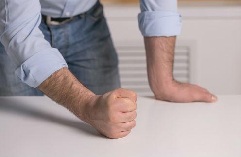Кулаком по столу: самые агрессивные мужчины по знаку зодиака