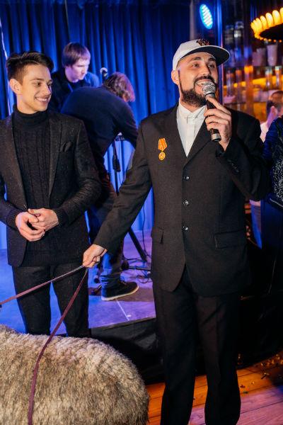 Дмитрий Торин с овцой, а также ведущий вечера Савва Поляков