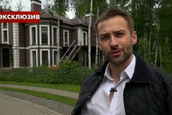 Дмитрий Шепелев на фоне построенного коттеджа