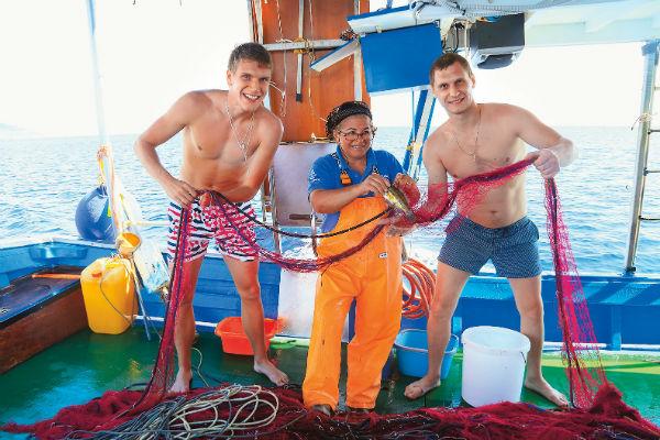 Проворные Илья и Алексей заслужили одобрение королевы порта, рыбачки Иньяцины