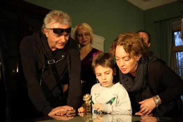 Заботливый дедушка прошелся по залам музея вместе с семьей