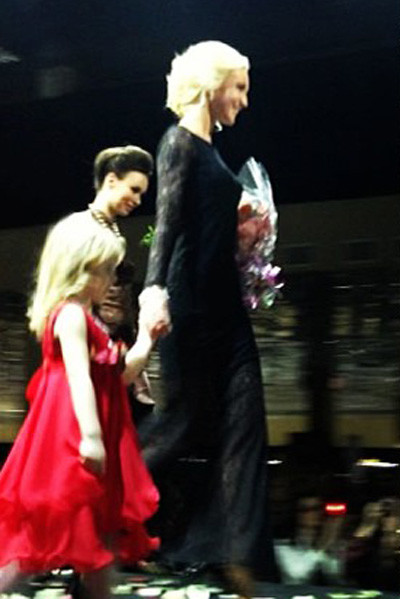 Ольга Бузова представила на суд публики вечерние платья. Одно из них она продемонстрировала сама