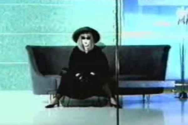 Видео на песню Аллы Пугачевой «Непогода»  вышел в 2000 году. В нем Примадонна сидит на том самом диване