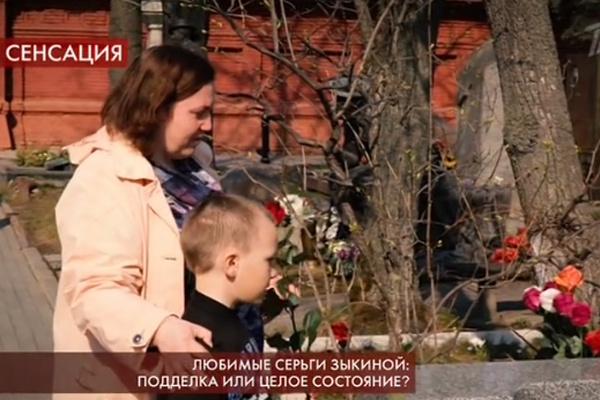 Екатерина вместе с сыном на Новодевичьем кладбище