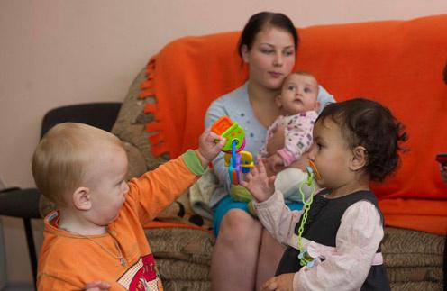 Таня Тимашева и ее дочь Маша (на руках у мамы) каждый день благодарят Бога за то, что нашли крышу над головой. На переднем плане – другие малыши приюта, Даня и Маша