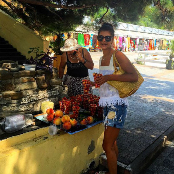 Перед свадьбой подруги Надежда Оболенцева посетила местный рынок и купила ягоды