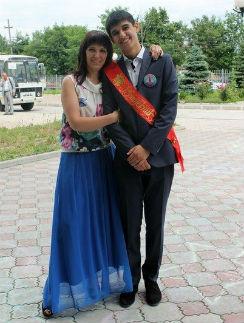 В этом году сын Елены Касумовой Тимур окончил школу. Девять лет назад они с мамой чудом выбрались из школы во время штурма