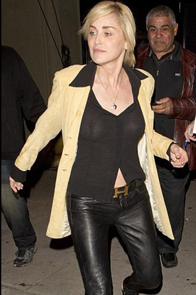 Шеронс Стоун с откровенном наряде выходит из рестрана