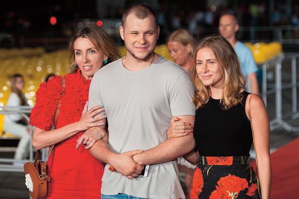 Сергей часто появляется на светских мероприятиях в компании мамы - Светланы Бондарчук и жены Таты Мамиашвили