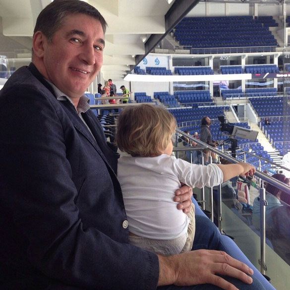 За игрой Ваня наблюдал, сидя на коленях у деда, известного хоккеиста