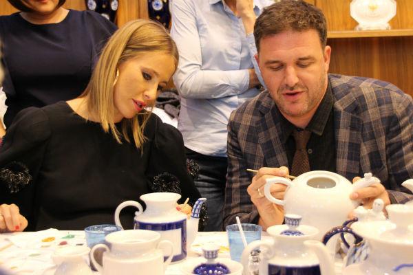 Максим Виторган и Ксения Собчак расписывают чайники