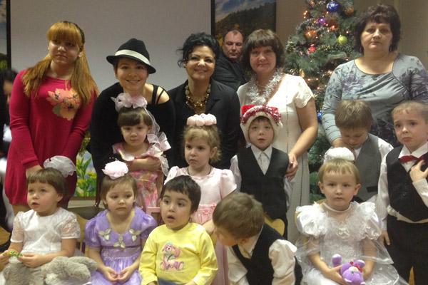Мария Кожевникова с воспитанниками и персоналом социального приюта для детей и подростков