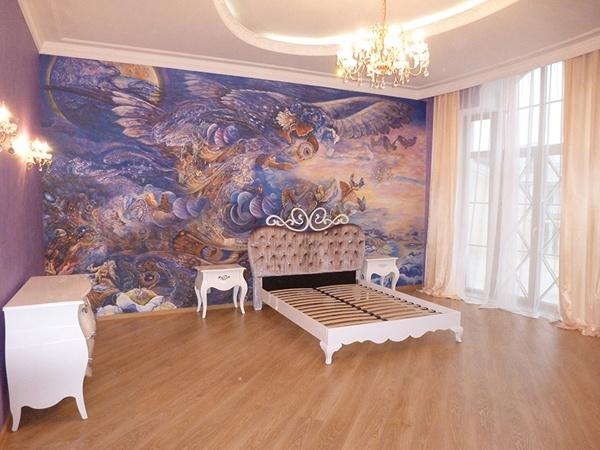 Стены во многих   комнатах украшены  огромными фресками