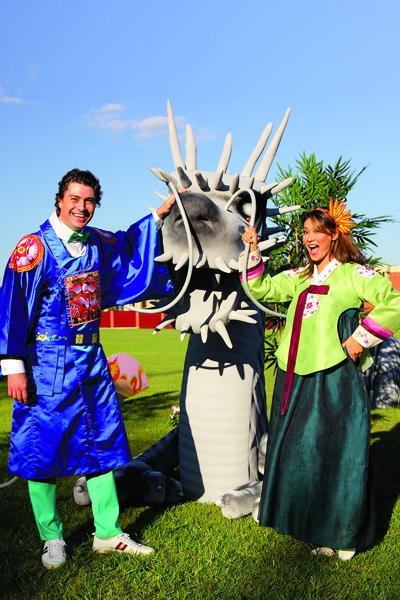 Ведущие праздника Дмитрий  Оленин и Марина Ким с  защитником корейского дома  драконом