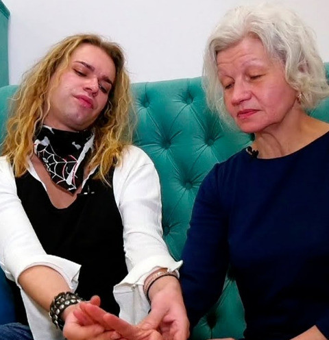 Избитая дочь 63-летней жены Гогена Солнцева вышла на связь