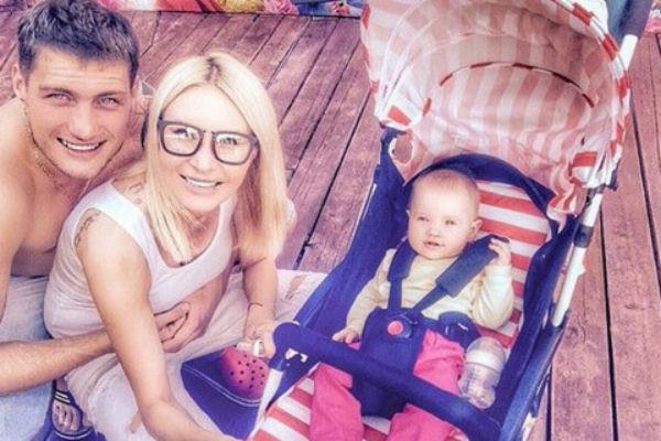 Элина и Александр души не чают в дочке