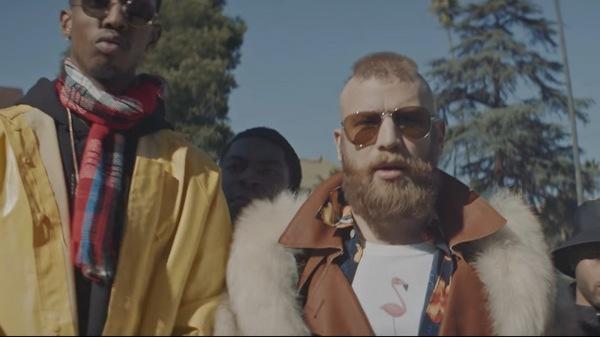 В другой сцене Иван примеряет пальто с меховым воротником и солнцезащитные очки