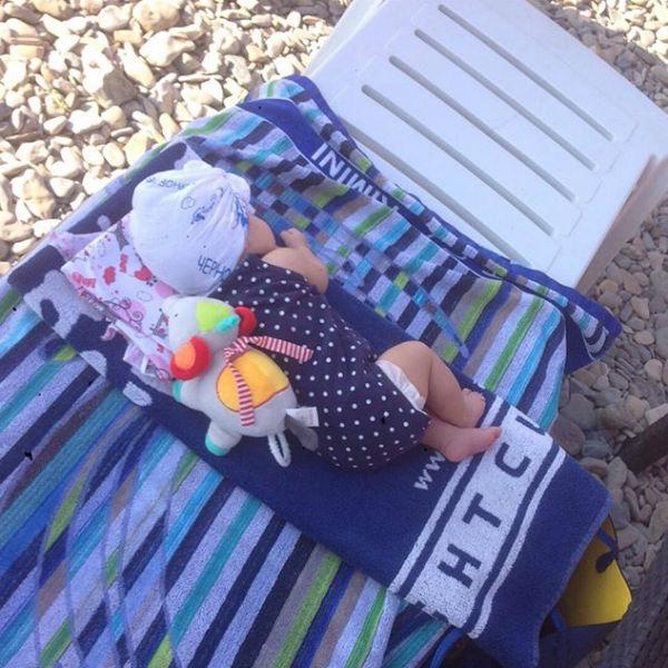 Маленькая София впервые побывала на море