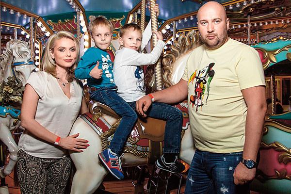Ксения Новикова с сыновьями и Алексеем