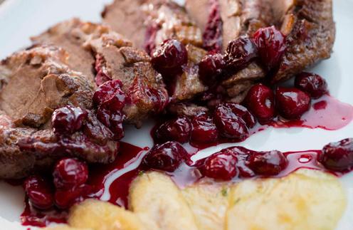 Филе утки с сыром  моцарелла под  вишневым соусом –  оригинальный рецепт   на любой случай