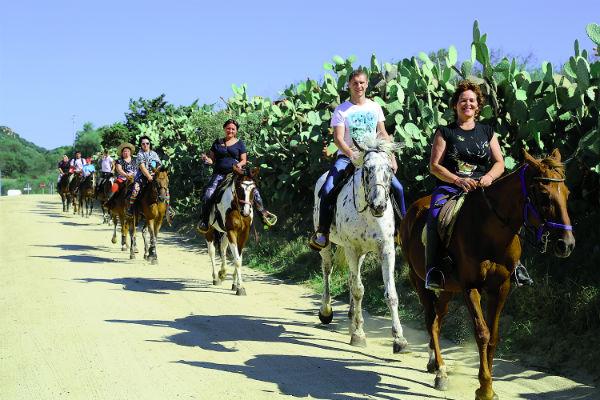 Это наши читатели на Сардинии. Но и в России множество мест, где можно отправиться в конный поход. Ждем подобных фотографий с Урала или из Башкирии