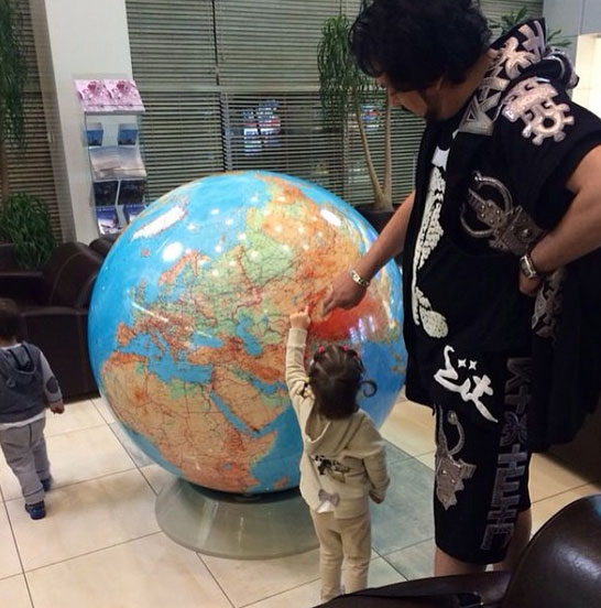 Путешествие началось с изучения глобуса