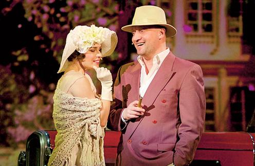 В 3D шоу-мюзикле Гоша Куценко играет знаменитого режиссера Эрнста Любича, в которого была влюблена актриса Пола Негри