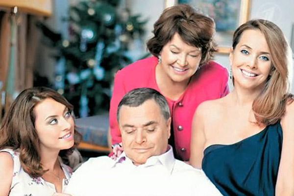 Сестры Наташа и Жанна с родителями