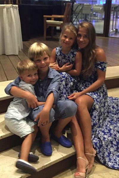 Юля Барановская уже купила  для Яны обновки к 1 сентября.  На фото – с дочкой Яной и  сыном Артемом