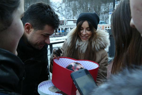 Во время прогулок по Розе Хутор певицу и ее супруга остановили ее фанаты, чтобы вручить презент