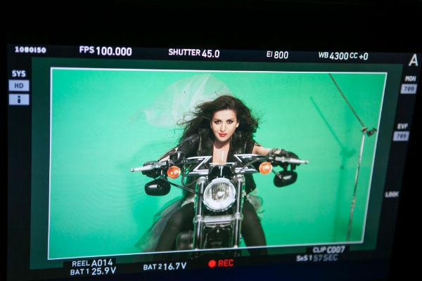 Со свадьбы Жасмин уезжает на мотоцикле