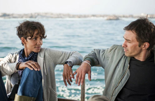 Несмотря на романтические отношения, съемки для актеров не были легкими. Ежедневно им приходилось проводить на воде по 10 часов