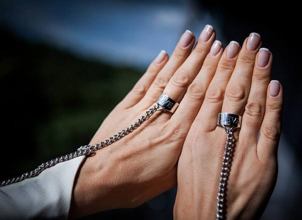 Руки молодой жены украшал не только идеальный маникюр, но и кольца с именем супруга