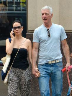 Люси Лью прогулялась с загадочным мужчиной по центру Нью-Йорка
