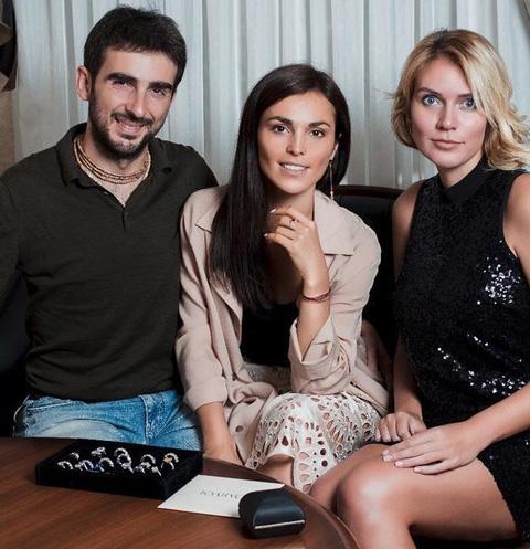 Сати Казанова и ее жених выбирают обручальные кольца вместе с дизайнером