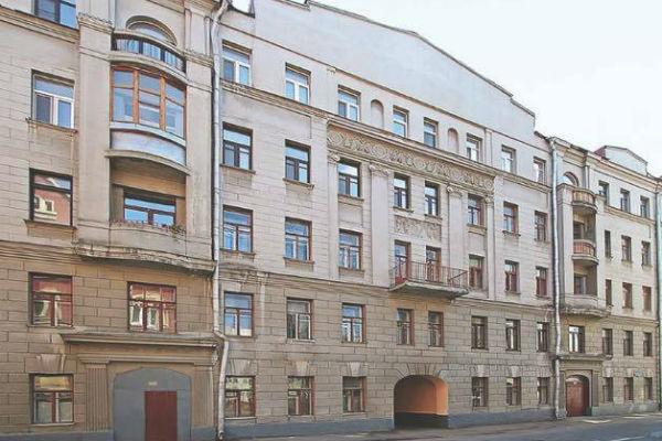 Жилье звезды находится на втором этаже этого дома на улице Машкова